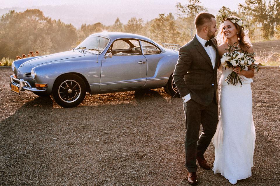 Piękny ślub i wesele w Villa Love, błękitny VW Karmann Ghia, cudowny zachód słońca w Izdebniku